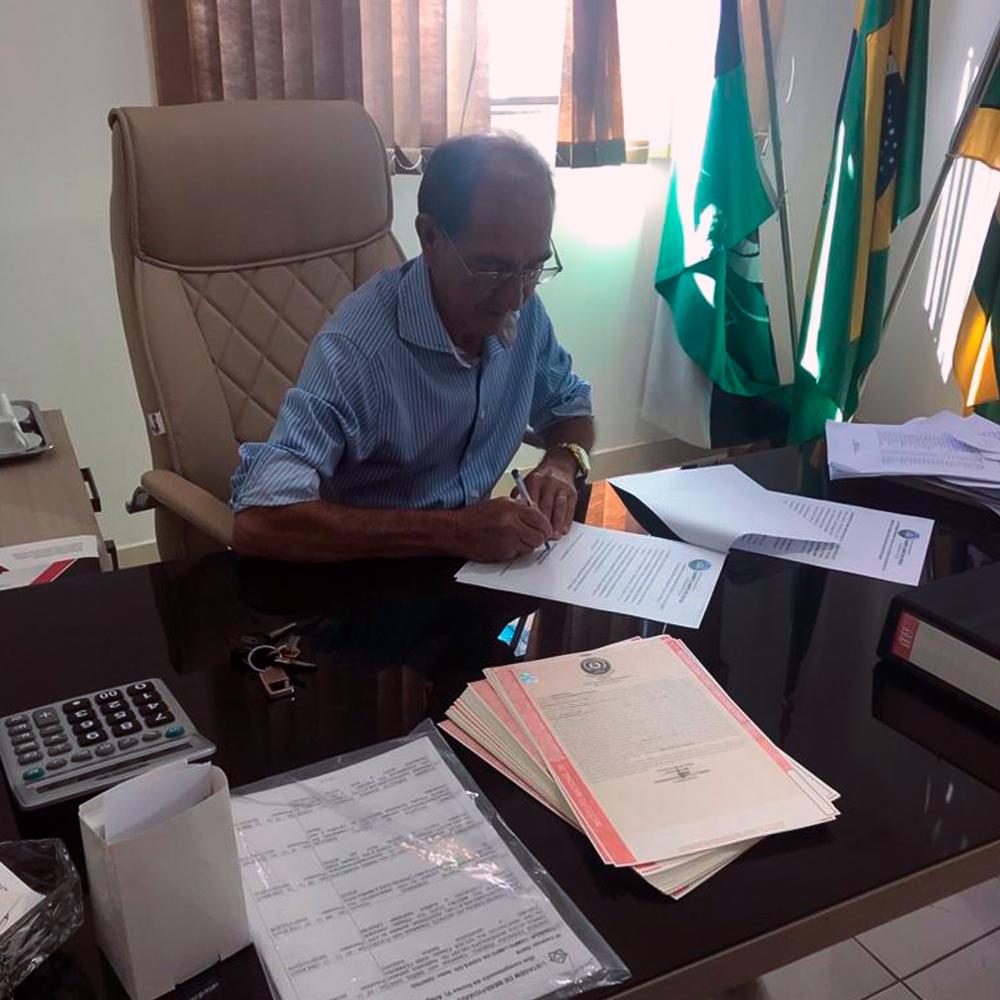 Sr. Prefeito de Campo Limpo de Goiás, Arivart Alves, assina os títulos de regularização fundiária urbana do Setor Central.