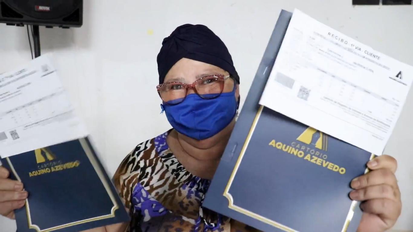 Beneficiária comemora entrega de título após 30 anos de espera